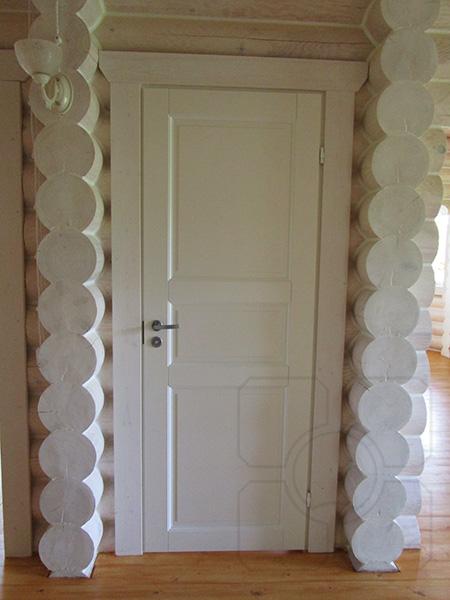 белые деревянные двери в деревянном доме фото
