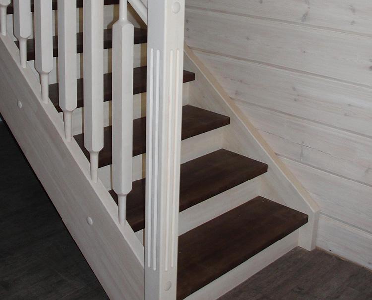 деревянная лестница двухцветная фото